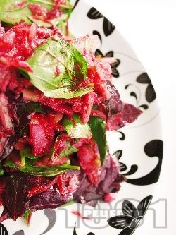 Салата с червено цвекло, краставица и бяла риба - снимка на рецептата
